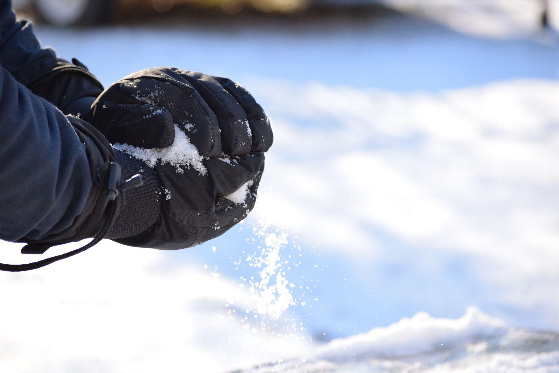 Jak wybrać rękawice narciarskie? Poradnik dla początkujących